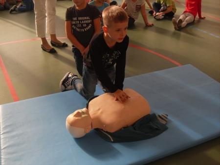 Pierwszaki uczą się pierwszej pomocy