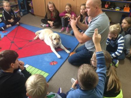 Zajęcia z terapeutą i psem - świetlica szkolna.