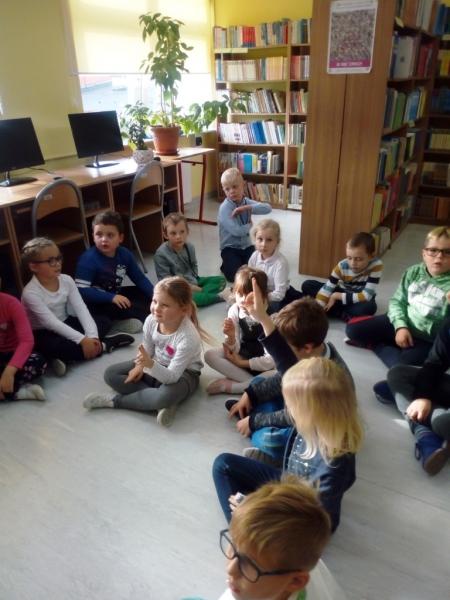 Lekcja biblioteczna w klasie 1 b