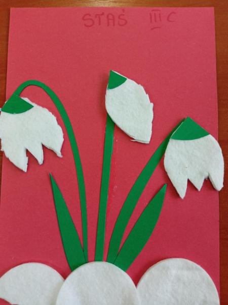 Świetlica - pierwsze wiosenne kwiaty.